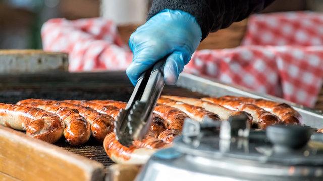 Bratwurst und andere warme Gerichte auf die Hand